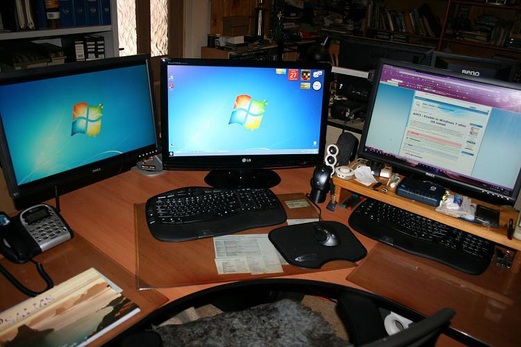 Show us your desk!-sallys-desk-281210.jpg