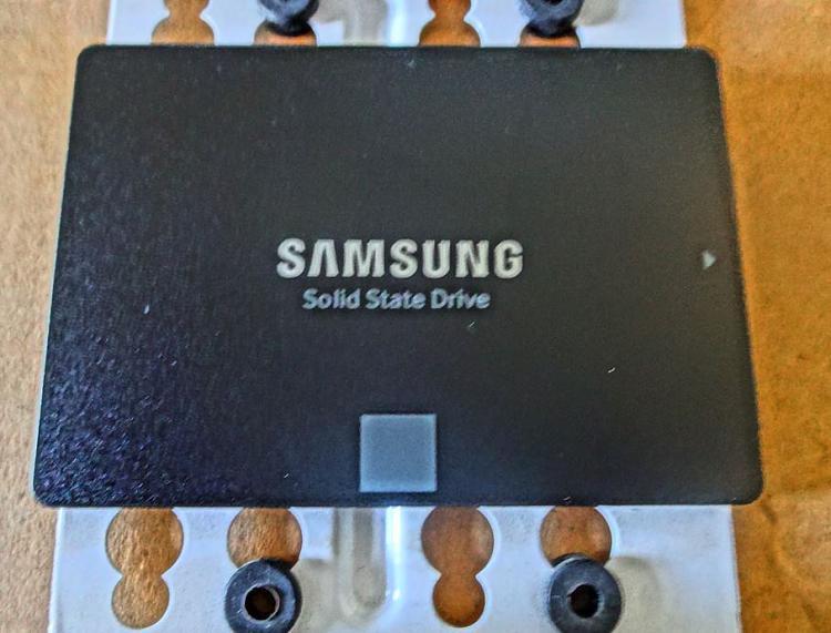 Fractal Core 2500 Computer Case-ssd-drive-3.jpg
